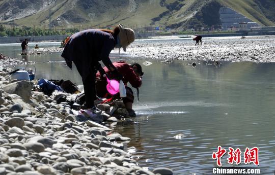 """西藏""""沐浴节"""",藏语称为""""嘎玛日吉""""。 孙翔 摄"""