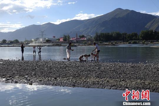 """9月9日至15日,西藏民众迎来一年一度的""""沐浴节""""。 孙翔 摄"""