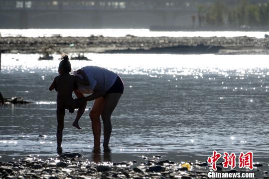 沐浴节每年藏历七月举行,为期7天,这项习俗已经延续了800多年。 孙翔 摄