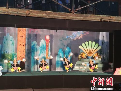 泉州提线木偶戏受到不少人关注。这是一出提线木偶戏的排练剧照。上官云 摄