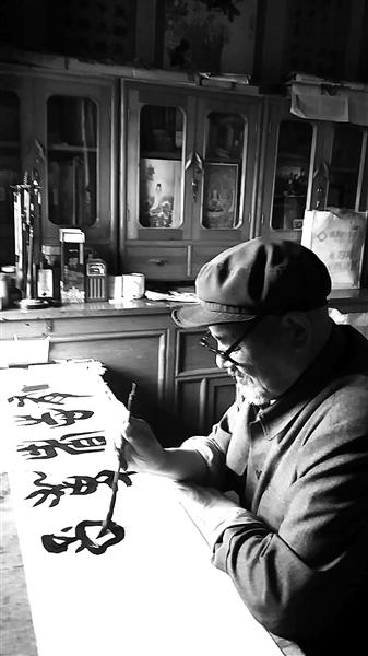 刘尚贤练习书法 西部商报记者 陈振峰 供图