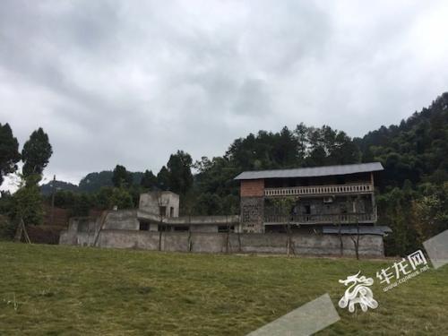 外出打工的村民计划回家,以自家房子为资产入股,与庄园合作改造成茶楼和特色民宿。首席记者 佘振芳 摄