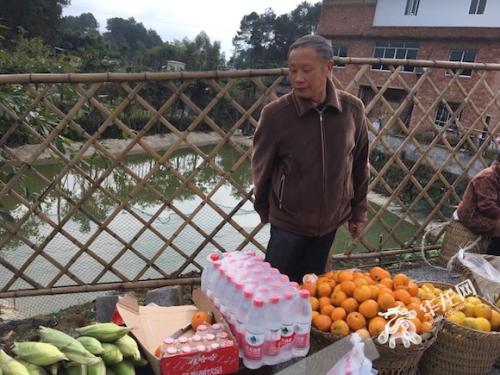 庄园的人气给村民带来了生意,橘子、玉米等土特产很受游客欢迎,一天能卖出好几十斤。首席记者 佘振芳 摄