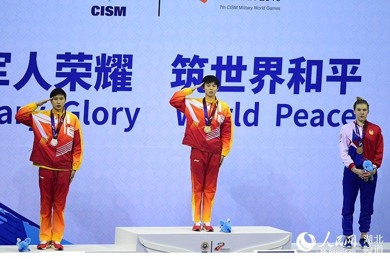 获得冠军的中国选手杨浚瑄(中)与获得亚军的中国选手王简嘉禾(左)和获得季军的俄罗斯选手GUZHENKOVA ANASTASIA在颁奖台上。